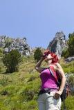 Hübsches Frau Trekkerabwischen geschwitzt von ihrer Stirn Lizenzfreies Stockfoto