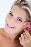 Hübsches Frau whith reine gesunde Haut und Orchidee Stockfotografie