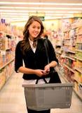Hübsches Frauen-Einkaufen lizenzfreies stockbild