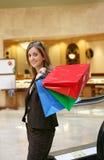 Hübsches Frauen-Einkaufen stockbilder