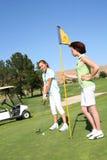 Hübsches Frauen-Golf spielen Lizenzfreies Stockfoto