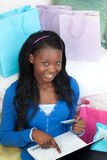 Hübsches Fraueneinkaufen online Lizenzfreies Stockfoto