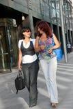 Hübsches Frauengehen Stockfoto