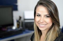 Hübsches Frauenlächeln Lizenzfreie Stockfotos