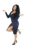 Hübsches Frauentanzen im schwarzen Kleid lizenzfreie stockbilder