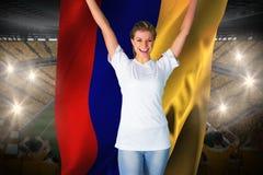 Hübsches Fußballfan im Weiß, das Kolumbien-Flagge halten zujubelt Stockbild