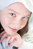 Hübsches gemustertes Mädchen im Hoodie lizenzfreie stockfotografie