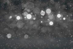 Hübsches glänzendes Funkelnlichter defocused bokeh abstrakter Hintergrund mit fallenden Schneeflocken fliegen, festliche Modellbe vektor abbildung