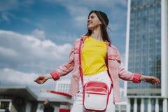 Hübsches glückliches Hippie-Mädchen, das auf Stadtansicht aufwirft lizenzfreie stockfotos