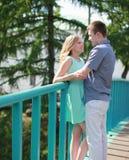 Hübsches glückliches Paar auf der Brücke Stockfotografie