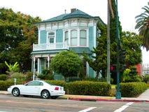 Hübsches Haus auf der Straße Stockfotos