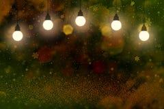 Hübsches helles Funkelnlichter defocused bokeh abstrakter Hintergrund mit Glühlampen und fallende Schneeflocken fliegen, festal M lizenzfreie abbildung