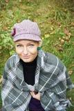 Hübsches Herbstmädchen, das sich draußen im Wald entspannt Stockfotografie