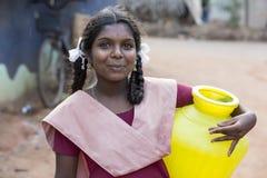 Hübsches indisches Kleinkind bereit, zur Schule zu gehen Stockfoto
