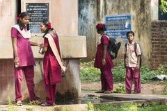 Hübsches indisches Kleinkind bereit, zur Schule zu gehen Stockbild