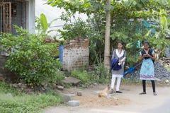 Hübsches indisches Kleinkind bereit, zur Schule zu gehen Lizenzfreies Stockfoto