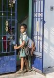 Hübsches indisches Kleinkind bereit, zur Schule zu gehen Stockfotografie