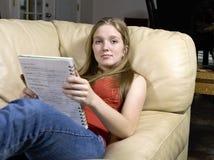 Hübsches Jugendlich-Studieren Stockfotos