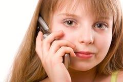 Hübsches Jugendlichmädchen, das durch Handy isola spricht Lizenzfreies Stockfoto