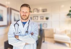 H?bsches junges erwachsenes m?nnliches B?ro Doktor-With Beard Inside stockfoto