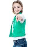 Hübsches Kind, das Sie heraus über Weiß zeigt Lizenzfreie Stockfotografie
