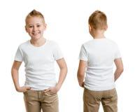 Hübsches Kinderjungenmodell im weißem T-Shirt oder T-Shirt Rückseite und Front Stockfoto