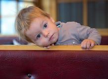 Hübsches Kleinkind hat kleinen Rast im Café Stockbild