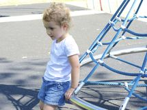 Hübsches Kleinkind am Spielplatz. Lizenzfreie Stockfotos