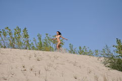 Hübsches lächelndes Mädchen auf Sandstrand Stockfotos