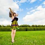 Hübsches lächelndes Mädchen mit den langen braunen Haaren Lizenzfreies Stockbild