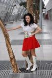 Hübsches lächelndes ukrainisches Mädchen des Brunette im roten nationalen Stoff Stockbilder