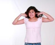 Hübsches Latina-Mädchen mit den Fingern in den Ohren Stockfotografie