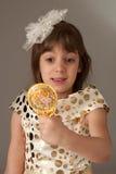 Hübsches Mädchen 4years, das auf einem Spiegel schaut lizenzfreie stockfotos