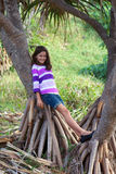 Hübsches Mädchen auf Baum Stockfoto