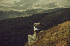 Hübsches Mädchen auf Berghang stockfoto