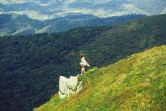 Hübsches Mädchen auf Berghang lizenzfreie stockbilder