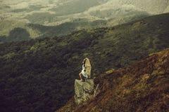 Hübsches Mädchen auf Berghang stockfotografie