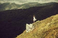Hübsches Mädchen auf Berghang lizenzfreies stockfoto