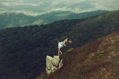 Hübsches Mädchen auf Berghang stockbild