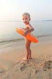 Hübsches Mädchen auf dem Strand in dem Meer Lizenzfreie Stockfotos