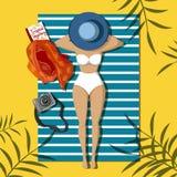 Hübsches Mädchen auf dem Strand ein Sonnenbad nehmend lizenzfreie abbildung