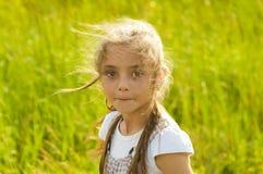 Hübsches Mädchen auf der Natur stockbilder