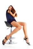 Hübsches Mädchen auf einem Stuhl stockfoto