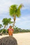 Hübsches Mädchen auf einem tropischen Strand Stockfotos