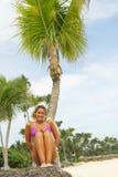 Hübsches Mädchen auf einem tropischen Strand Stockfotografie