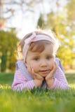 Hübsches Mädchen auf Gras Lizenzfreies Stockfoto