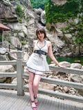 Hübsches Mädchen auf Hintergrund der schönen Natur lizenzfreies stockbild