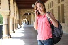 Hübsches Mädchen auf Hochschulcampus mit Rucksack Stockfotografie