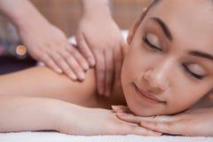 Hübsches Mädchen auf Massagetabelle. stockfoto
