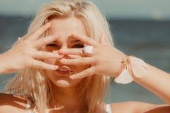 Hübsches Mädchen auf Strand Lizenzfreies Stockfoto